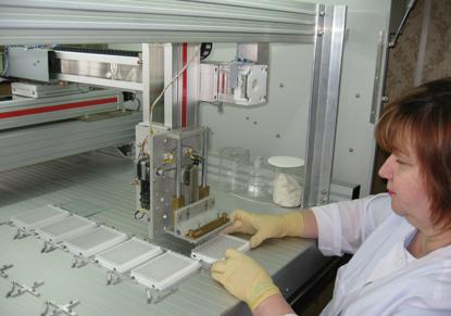 Изображение Cерийная печать иммуночипов в формате 96 луночных микропланшетов на наноплоттере